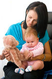 Moeder en kind met stuk speelgoed Royalty-vrije Stock Afbeelding