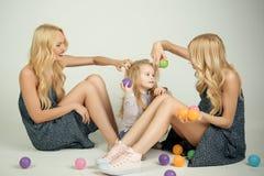 moeder en kind met tante, gelukkig familiespel met ballen royalty-vrije stock foto's