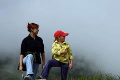 Moeder en kind op berg Royalty-vrije Stock Foto's