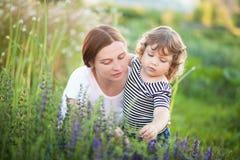 Moeder en kind op een familielandbouwbedrijf Stock Foto's