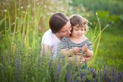 Moeder en kind op een familielandbouwbedrijf Royalty-vrije Stock Afbeelding