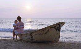 Moeder en kind op een strand stock afbeelding