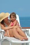 Moeder en kind op het strand Stock Foto