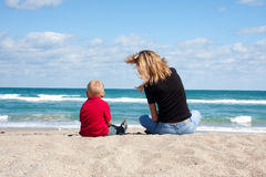 Moeder en Kind op het Strand Royalty-vrije Stock Foto