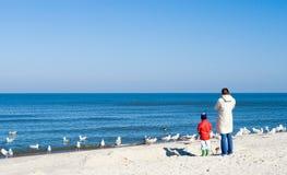 Moeder en kind op strand. Stock Afbeelding