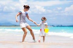 Moeder en kind op tropisch strand Overzeese vakantie royalty-vrije stock foto's