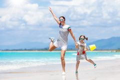 Moeder en kind op tropisch strand Overzeese vakantie stock afbeelding