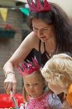 Moeder en kind op verjaardag stock fotografie