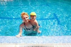 Moeder en kind in pool royalty-vrije stock foto