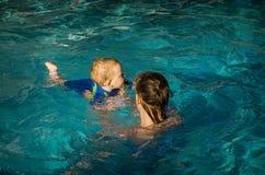 Moeder en kind in pool Stock Foto