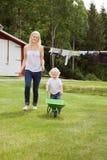 Moeder en kind in tuin Royalty-vrije Stock Foto