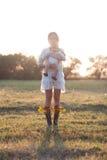 Moeder en kind in tuin royalty-vrije stock afbeeldingen