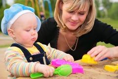 Moeder en kind in zandbak Royalty-vrije Stock Foto