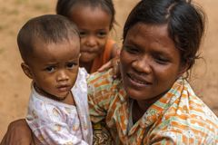Moeder en kinderen in Cambodjaans dorp Stock Foto's