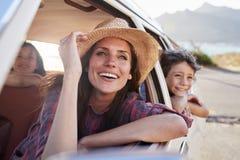 Moeder en Kinderen die in Auto tijdens Wegreis ontspannen stock foto's