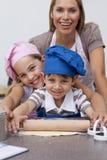 Moeder en kinderen die in de keuken bakken royalty-vrije stock fotografie