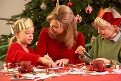 Moeder en Kinderen die Kerstkaarten maken Stock Foto's