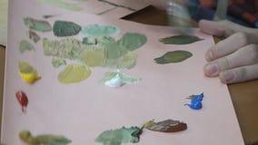 Moeder en kinderen die olie op canvas schilderen stock footage