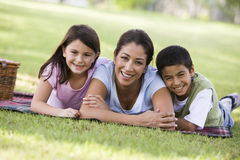 Moeder en kinderen die picknick hebben Stock Foto's