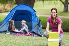 moeder en kinderen die pret in het park hebben Stock Foto's