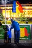 Moeder en kinderen die tegen corruptie, Boekarest, Roemenië protesteren royalty-vrije stock afbeelding