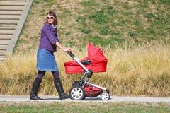Moeder en kinderwagen Royalty-vrije Stock Foto