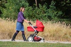 Moeder en kinderwagen Royalty-vrije Stock Fotografie