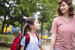 Moeder en kindholdingshanden die naar school gaan royalty-vrije stock afbeelding