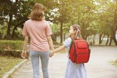 Moeder en kindholdingshanden die naar school gaan royalty-vrije stock fotografie