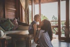 moeder en kindmeisje het spelen stock foto