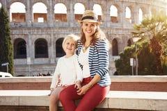 Moeder en kindtoeristen dichtbij Colosseum in Rome, Italië stock fotografie