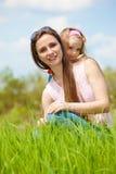 Moeder en krullende dochter Stock Fotografie