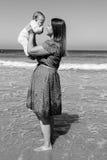 Moeder en leuk weinig babymeisje op het strand Royalty-vrije Stock Fotografie