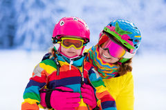 Moeder en meisje die leren te skien Royalty-vrije Stock Afbeelding