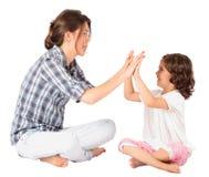 Moeder en meisje die samen pasteitjecake spelen stock foto's