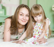 Moeder en meisje die tijd hebben samen royalty-vrije stock fotografie