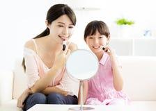 Moeder en meisje die uw make-up doen royalty-vrije stock foto's