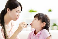 Moeder en meisje die uw make-up doen royalty-vrije stock afbeelding