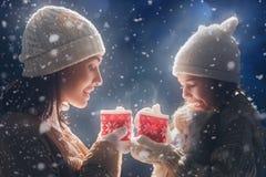Moeder en meisjes het drinken thee royalty-vrije stock foto