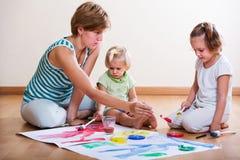 Moeder en siblings die met verf schilderen Royalty-vrije Stock Fotografie