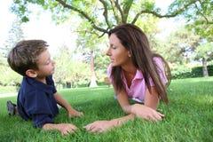 Moeder en Sone in Park stock foto
