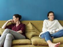 Moeder en tienerdochter die een argument hebben stock foto's