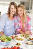 Moeder en tienerdochter die van maaltijd genieten Stock Fotografie