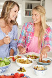 Moeder en tienerdochter die van maaltijd genieten Royalty-vrije Stock Foto