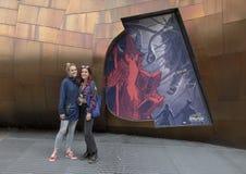 Moeder en tienerdochter op vakantie buiten het Museum van Pop Cultuur, of MoPOP, in het Centrum van Seattle royalty-vrije stock afbeelding