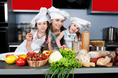 Moeder en twee dochters in de keuken stock foto's