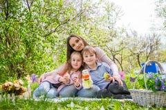 Moeder en twee kinderen openlucht Royalty-vrije Stock Foto's