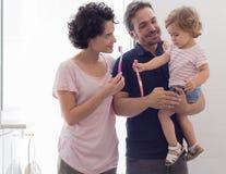 Moeder en vader die hun dochter onderwijzen om haar tanden te borstelen stock foto's