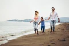 Moeder en vader met hun zoon die samen op het strand lopen royalty-vrije stock foto's
