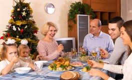 Moeder en vader met jonge geitjes en kleinkinderen die Chris vieren Royalty-vrije Stock Afbeeldingen